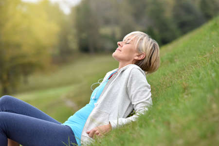 Foto de Senior woman in fitness outfit relaxing in park - Imagen libre de derechos