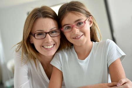 Foto de Portrait of mother and daughter with eyeglasses - Imagen libre de derechos
