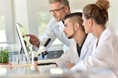 Foto de Students in biology attending training with microbiologist - Imagen libre de derechos
