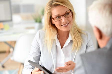 Foto de Businesswoman with client in business meeting - Imagen libre de derechos