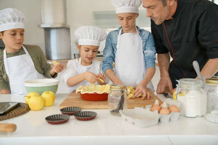 Photo pour Pastry class with kids little chefs - image libre de droit