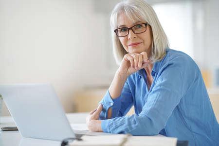 Photo pour Senior businesswoman working in office - image libre de droit