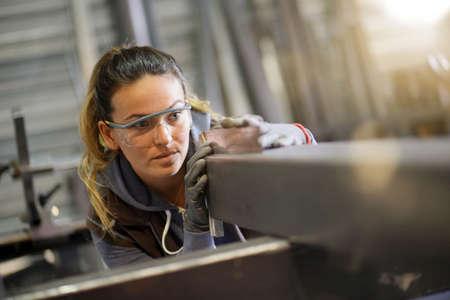 Foto de Woman apprentice training in metalwork workshop - Imagen libre de derechos