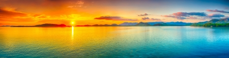 Foto de Sunrise over the sea.  Panorama - Imagen libre de derechos