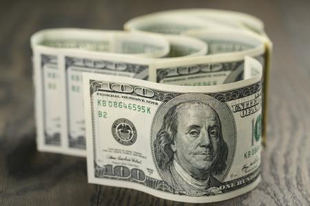 Foto de hundred dollar bills on wood table - Imagen libre de derechos