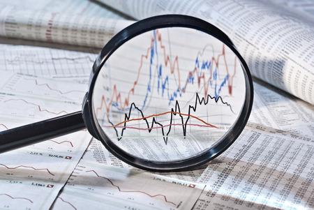 Foto de Magnifier shows the variation of stock prices - Imagen libre de derechos