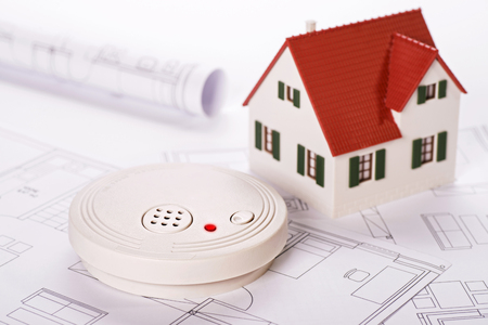 Photo pour Smoke detector with house and blueprints - image libre de droit