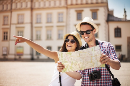 Foto de Happy tourist sightseeing city with map  - Imagen libre de derechos