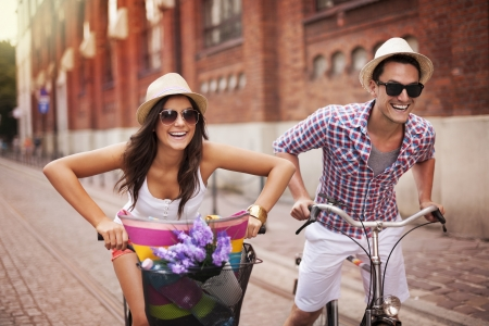 Photo pour Couple riding bicycles in the city - image libre de droit