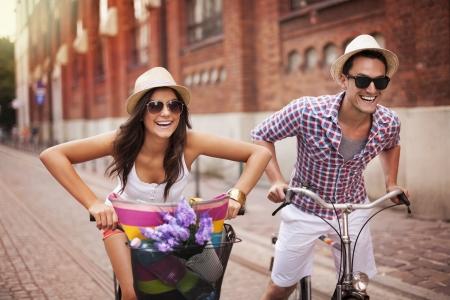 Photo pour Couple riding bicycles in the city - image libre de droit