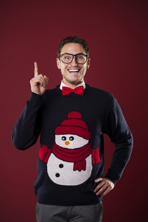 Photo pour Funny nerdy man wearing sweater with snowman has brilliant idea  - image libre de droit