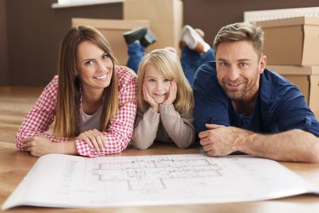 Foto de Happy family planning their new apartment - Imagen libre de derechos