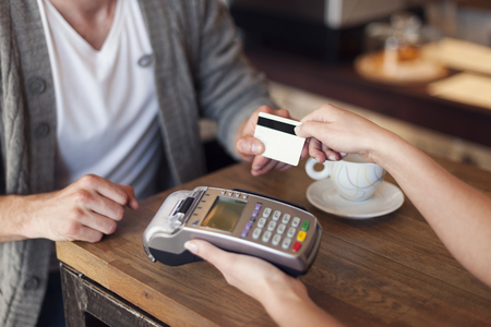 Photo pour Close up of customer paying by credit card - image libre de droit
