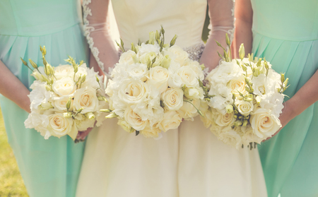 Photo pour Bride with bridesmaids holding wedding bouquets - image libre de droit