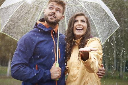 Foto de Happy couple during rain - Imagen libre de derechos
