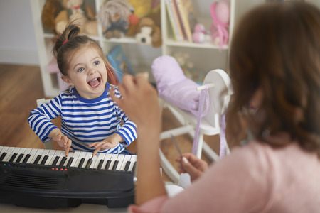Photo pour Singing and playing on musical instruments with mommy - image libre de droit
