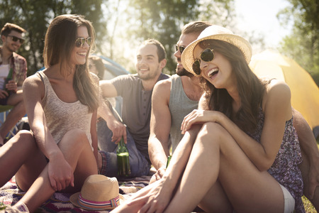 Photo pour Group of friends talking and laughing on the beach - image libre de droit