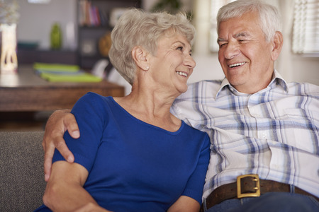 Foto de Happy senior couple on te sofa - Imagen libre de derechos