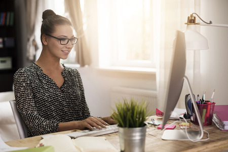 Photo pour Woman working in her home office - image libre de droit
