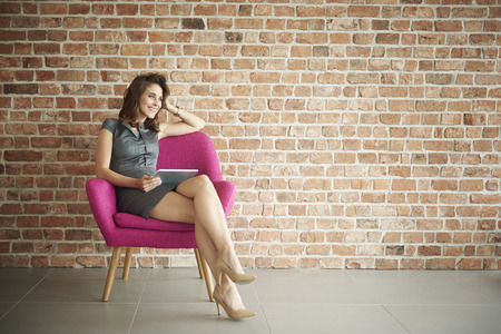 Foto de Businesswoman sitting on the pink armchair - Imagen libre de derechos