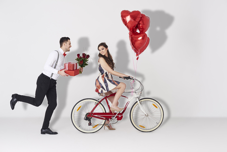 Photo pour Happy couple with gift and heart shaped balloon - image libre de droit