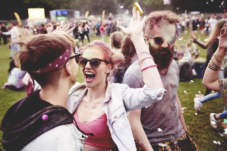Photo pour Good vibes only with friends at the festival - image libre de droit