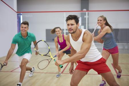 Foto de Group of best friends during the squash match - Imagen libre de derechos