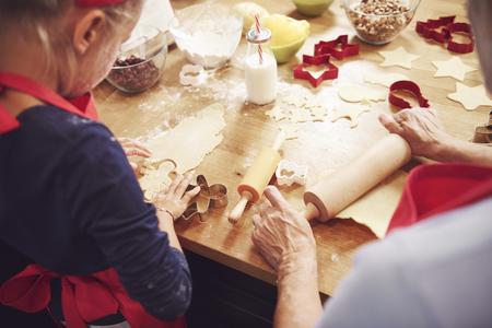 Foto de Grandma and granddaughter preparing cookies - Imagen libre de derechos