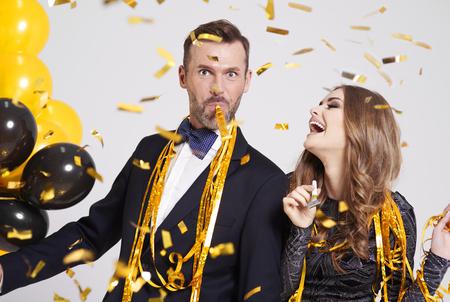 Foto de Couple with horn blower partying  - Imagen libre de derechos