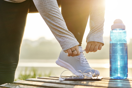 Foto de Young runner tying his shoelaces - Imagen libre de derechos