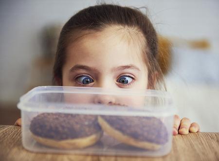 Foto de Child looking at delicious donuts - Imagen libre de derechos