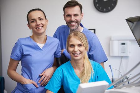 Foto de Team of happy stomatologists in dentist's clinic - Imagen libre de derechos