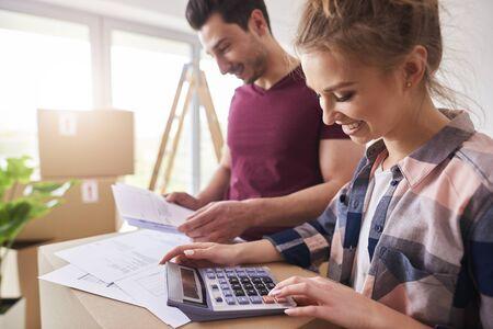 Photo pour Happy couple planning their budget - image libre de droit