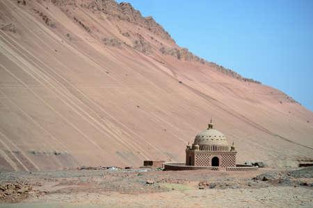 Photo pour Desert at Flaming mountains by Turpan, Xinjiang, China - image libre de droit