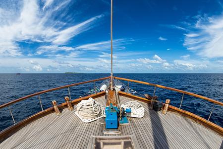 Foto de Sailing boat on the wide open ocean - Imagen libre de derechos