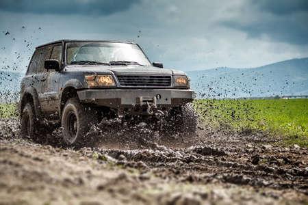 Foto de Off road vehicle splashed mud  - Imagen libre de derechos
