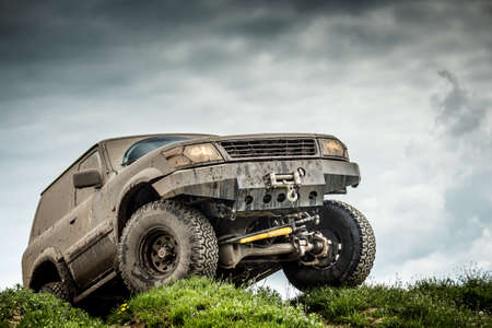 Photo pour Very muddy off road car - image libre de droit