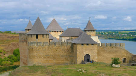 Foto de Khotyn castle in Ukraine is a powerful medieval fortress that witnessed the fighting between Poles, Cossacks and Turks. High medieval walls, towers on the background of the picturesque Dniester. - Imagen libre de derechos