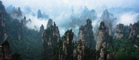 Photo pour Mountain Peaks in Zhangjiajie National Forest Park, China - image libre de droit