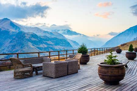 Photo pour Terrace with beautiful mountain sunset view - image libre de droit