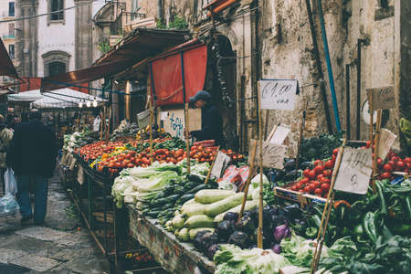 Photo pour PALERMO, ITALY - MARCH 13, 2015:  Grocery shop at famous local market Ballaro in Palermo, Italy. Toned picture - image libre de droit