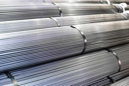 Photo pour Stacked aluminum metal rods - image libre de droit