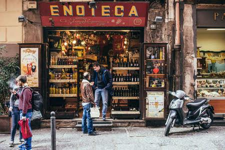 Foto de NAPLES, ITALY - MARCH 20, 2015:  Range of the wine shop on the old popular street in Naples, Italy - Imagen libre de derechos