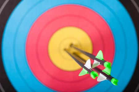 Foto de Arrows in archery target - Imagen libre de derechos
