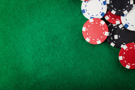 Foto de Casino chips on the green table - Imagen libre de derechos