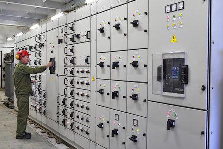 Foto de Veliky Novgorod, Russia - June 26, 2007:  Electrical engineer  high voltage switchgears maintenance, chemical Plant. - Imagen libre de derechos