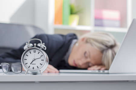 Foto de Exhausted woman sleeping in front of computer - Imagen libre de derechos