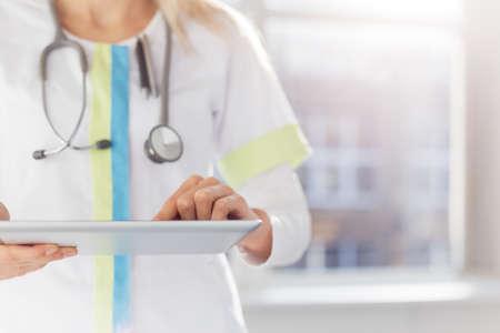Foto de Woman doctor using tablet computer in hospital - Imagen libre de derechos