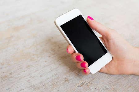 Foto de Woman holding mobile phone - Imagen libre de derechos