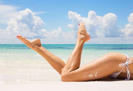Photo pour Sexy women legs on the beach - image libre de droit